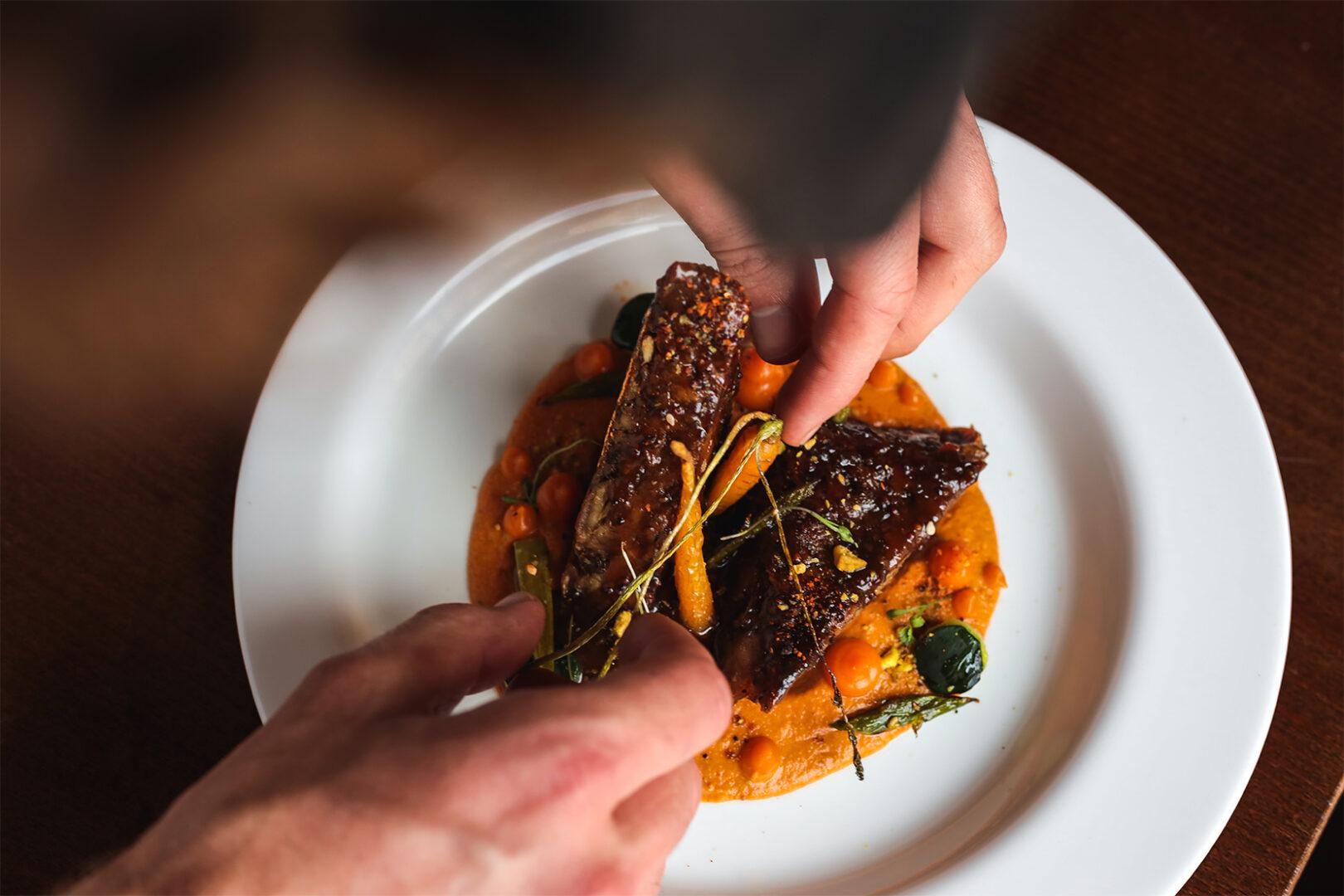 chef-preparacion-plato-gastronomico-hotel-rural